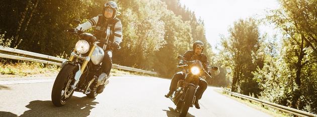 Zwei Motorradfahrer auf einer Straße
