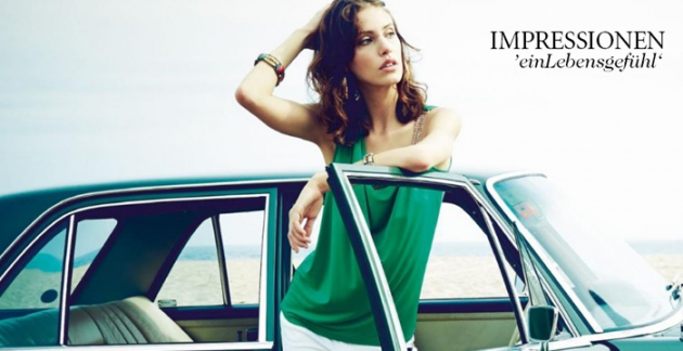 Frau in Bekleidung von Impressionen die aus Auto steigt