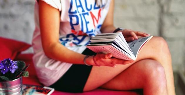 Frau mit Buch in der Hand lesend