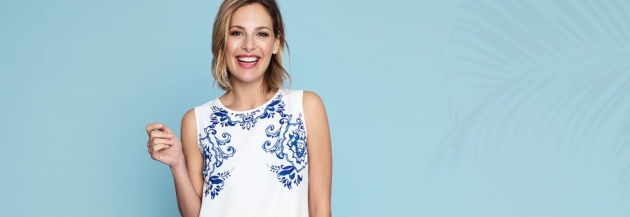 Frau mit T-Shirt von Lesara vor blauem Hintergrund